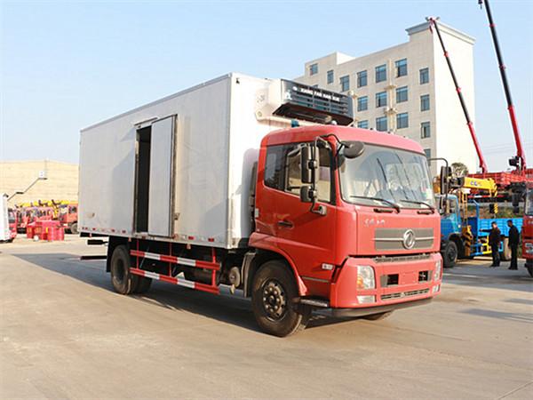 「天搏体育」东风天锦排半冷藏车(厢长6.6米)