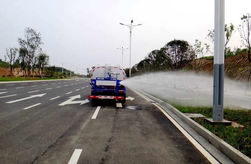 热销5吨东风环卫洒水车图片3